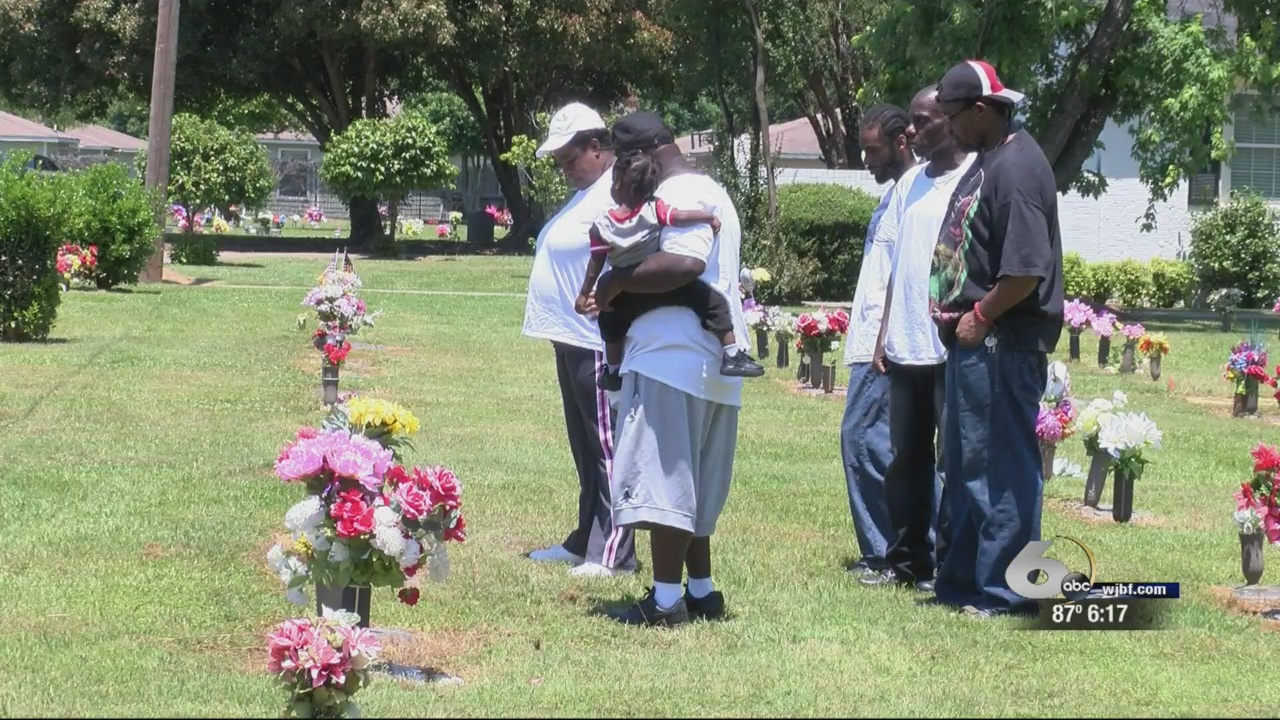 Mothers Day Cemetery_261404