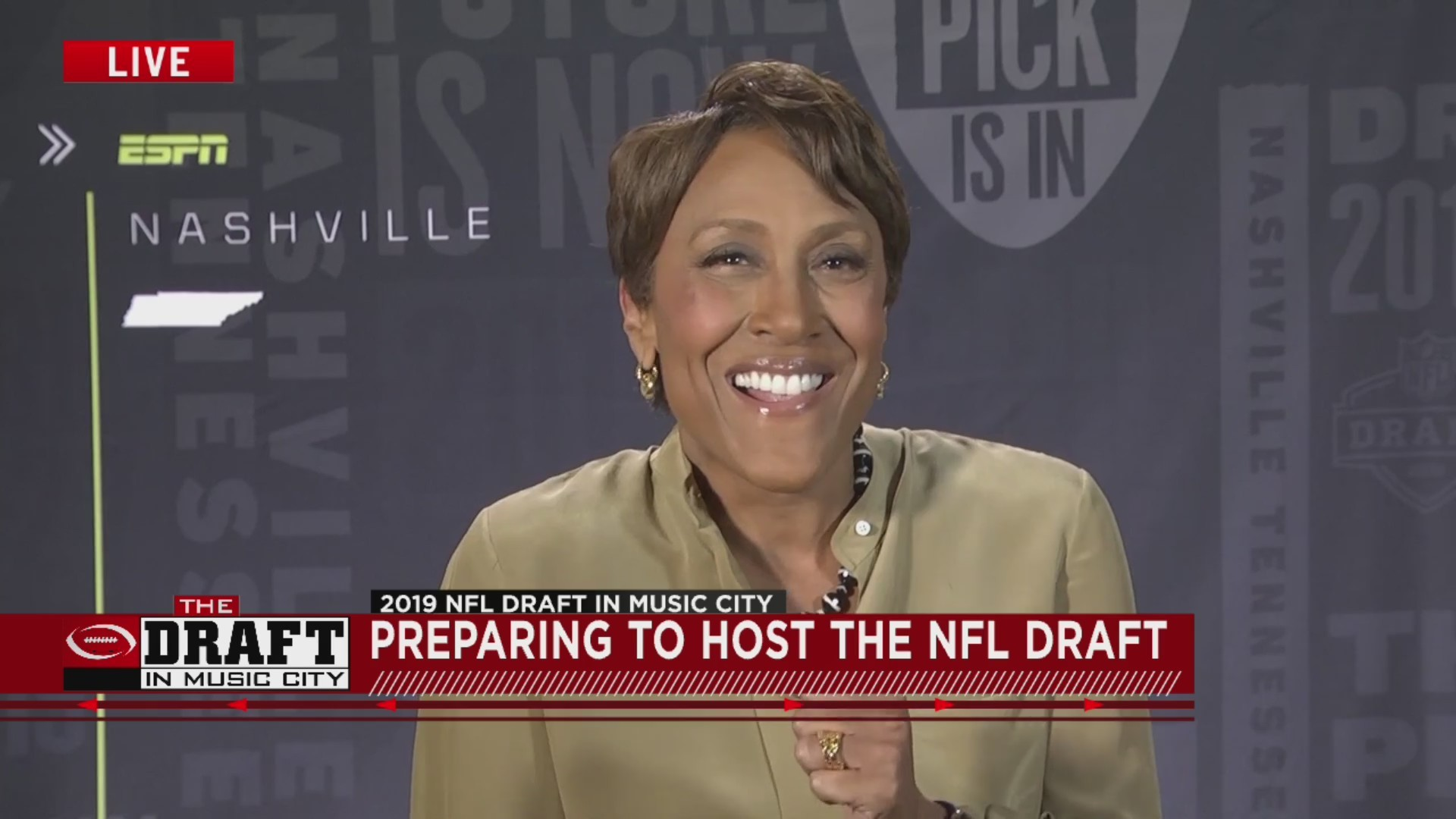 Robin_Roberts_preparing_to_host_the_NFL__0_20190424173021-873703986